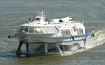 travel_to_budapest_by_boat