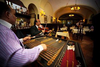 Gypsy music in Százéves Étterem