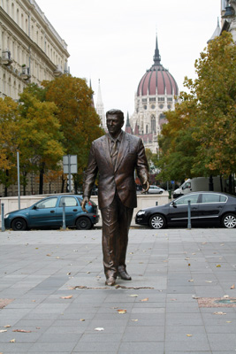 bronze statue of Ronald Reagan on Szabadsag ter