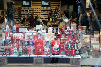 Paparika Market's shopwindow on Vorosmarty ter