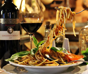 spaghetti and a bottle of red wine in Porcellino