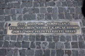 A bronze plaque: one of the gates of the Pest City Wall, the Porta Nova stood here in medieval times