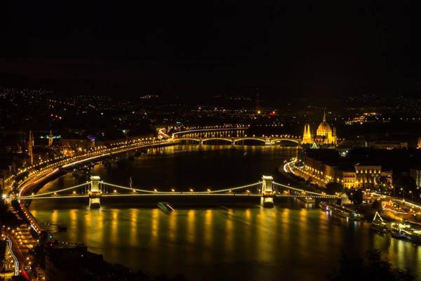 the Chain bridge at night - bird's eye view