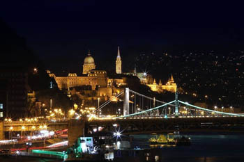 The Roayal palace and Matthias church illuminated at night