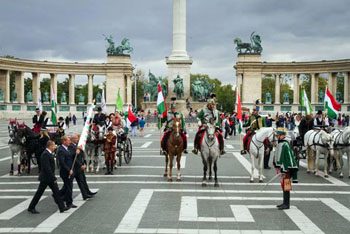 equestrians on Heroes' Square