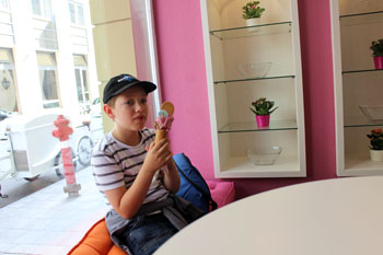 son having gelato in Gelati & Co.