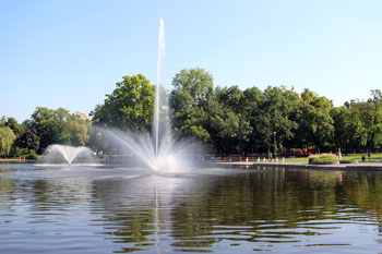 a fountain at City Park lake