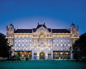the Four Seasons Hotel Gresham Palace by night