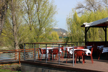 the terrace of Fruska Bistro, with view of Gellrét Hill