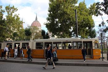 people getting off tram 2 at Kossuh sqr.