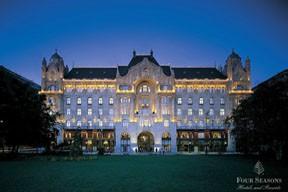 Four Seasons Gresham palace Hotel at dusk