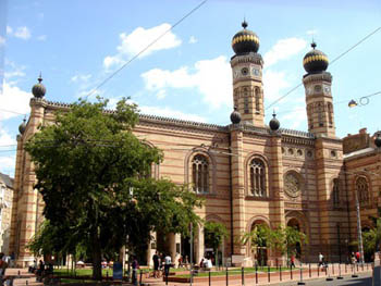 front view of the two-towered synagogue during the day
