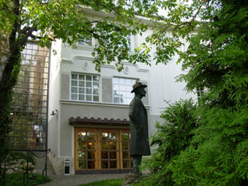 Bartok's bronze statue in front of the museum